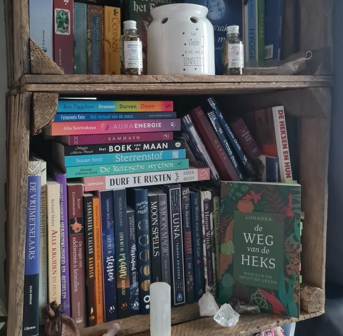 Een kijkje in een klein gedeelte van mijn collectie spirituele boeken. Deze staat naast mijn nachtkastje :)